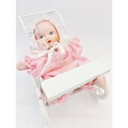 Carrozzina rosa con bambina