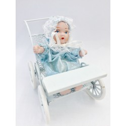 Carrozzina azzurra con bambino