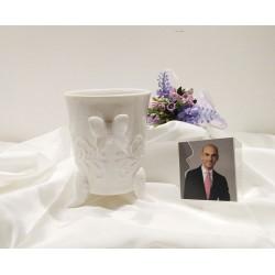 Vasetto in porcellana bianca con farfalla applicata e decorazioni in rilievo